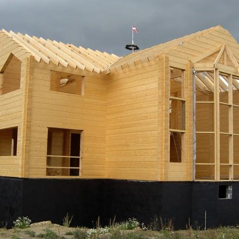 Wzniesienie domu z drewna w stylu norweskim
